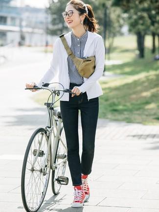 Comment porter: sweat à capuche blanc, chemise de ville en vichy noire et blanche, jean skinny bleu marine, baskets montantes en toile rouges