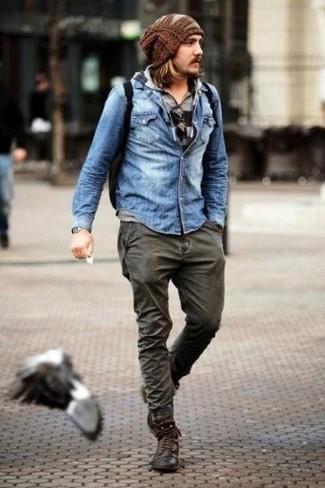 Comment porter: sweat à capuche à rayures horizontales gris, chemise en jean bleu clair, jean gris foncé, bottes de loisirs en cuir marron foncé