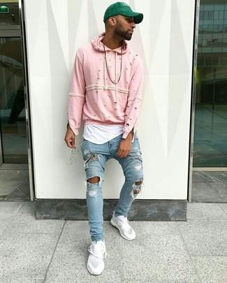 Comment porter: sweat à capuche rose, débardeur blanc, jean skinny déchiré bleu clair, baskets basses blanches