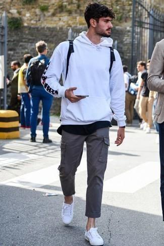 Comment porter un sweat à capuche blanc: Choisis un sweat à capuche blanc et un pantalon cargo gris pour une tenue idéale le week-end. Complète ce look avec une paire de des baskets basses en toile blanches.