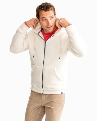 Comment porter: sweat à capuche en polaire beige, t-shirt à manche longue rouge, pantalon chino marron clair