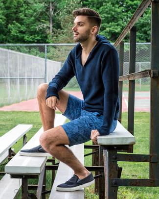 Comment porter: sweat à capuche en tricot bleu marine, short imprimé bleu, baskets à enfiler en toile bleu marine
