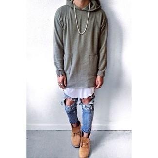 Comment porter: sweat à capuche gris, débardeur blanc, jean déchiré bleu, bottes de loisirs en daim marron clair