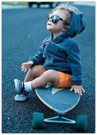 Comment porter: sweat à capuche gris foncé, short orange, baskets bleues, chaussettes blanches