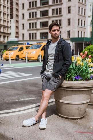 Un sweat à capuche à porter avec des baskets basses blanches: Associe un sweat à capuche avec un short gris pour un déjeuner le dimanche entre amis. Assortis ce look avec une paire de des baskets basses blanches.