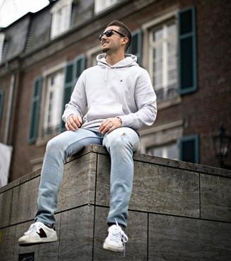 Comment porter: sweat à capuche gris, jean déchiré bleu clair, baskets basses en cuir imprimées blanches, lunettes de soleil noires