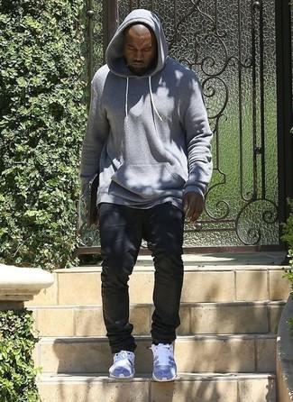 Tenue de Kanye West: Sweat à capuche gris, Jean noir, Chaussures de sport grises