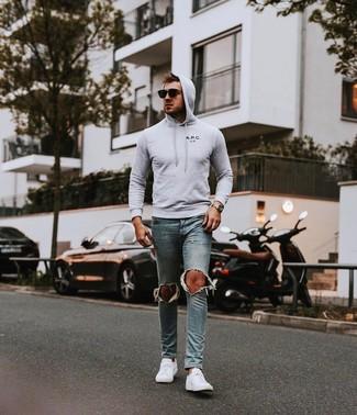 Un sweat à capuche à porter avec des baskets basses blanches: Choisis un sweat à capuche et un jean skinny déchiré bleu clair pour un look idéal le week-end. Apportez une touche d'élégance à votre tenue avec une paire de des baskets basses blanches.