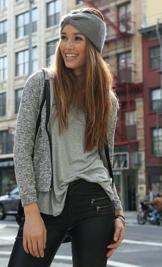 Comment porter: sweat à capuche gris, t-shirt à col en v gris, jean skinny en cuir noir, bandeau en tricot gris