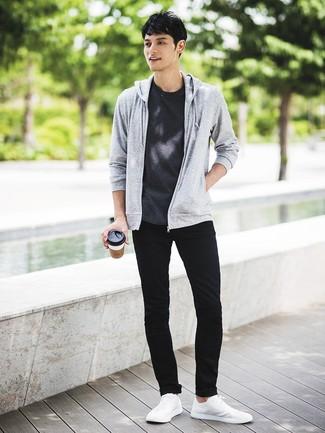 Comment porter: sweat à capuche gris, t-shirt à col rond gris foncé, jean skinny noir, baskets basses blanches