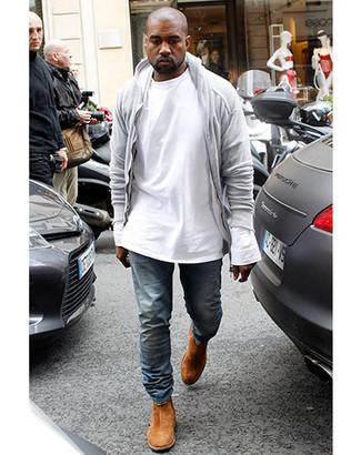 Tenue de Kanye West: Sweat à capuche gris, T-shirt à manche longue blanc, Jean bleu, Bottines chelsea en daim tabac