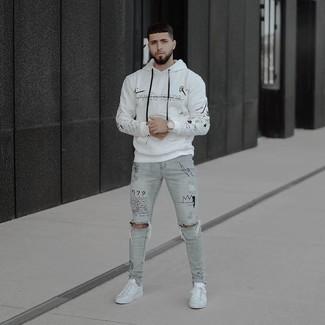 Comment porter: sweat à capuche imprimé blanc, jean skinny déchiré gris, baskets basses en cuir blanches