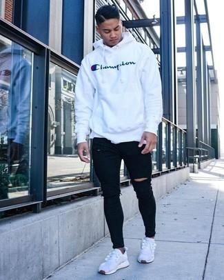 Comment porter: sweat à capuche imprimé blanc, jean skinny déchiré noir, baskets basses en toile blanches