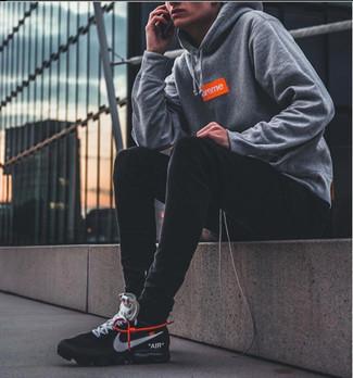 Tendances mode hommes: Un sweat à capuche imprimé gris et un jean skinny noir sont ta tenue incontournable pour les jours de détente. Cet ensemble est parfait avec une paire de chaussures de sport noires et blanches.