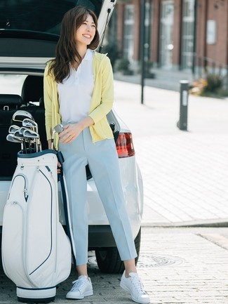 Comment porter: sweat à capuche jaune, polo blanc, pantalon carotte bleu clair, baskets basses en cuir blanches