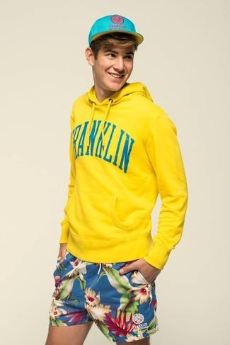 Comment porter: sweat à capuche jaune, short à fleurs bleu, casquette de base-ball turquoise