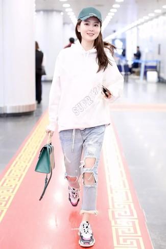 Comment porter: sweat à capuche blanc, jean déchiré bleu clair, chaussures de sport blanches, cartable en cuir vert