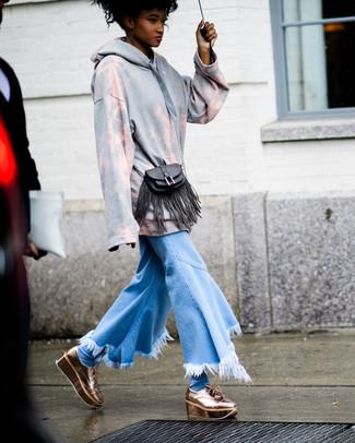 Essaie d'harmoniser un pull avec un jean flare à franges bleu clair pour créer un look génial et idéal le week-end. Fais d'une paire de des chaussures richelieu en cuir épaisses dorées ton choix de souliers pour afficher ton expertise vestimentaire.