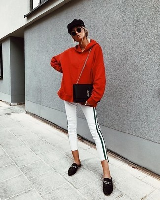 Comment porter un sweat à capuche rouge: Associe un sweat à capuche rouge avec un jean skinny à rayures verticales blanc et noir pour un look confortable et décontracté. Jouez la carte classique pour les chaussures et termine ce look avec une paire de des slippers en daim noirs.