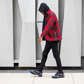 Comment porter: sweat à capuche noir, chemise à manches longues écossaise rouge, jean skinny noir, chaussures de sport multicolores