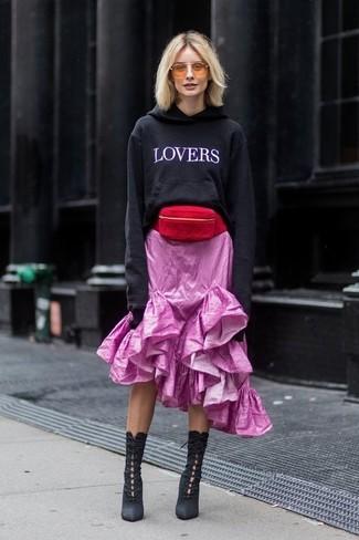 Comment porter: sweat à capuche imprimé noir et blanc, jupe mi-longue à volants rose, bottines à lacets en daim noires, sac banane en daim rouge
