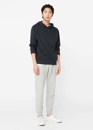 Comment porter: sweat à capuche noir, t-shirt à col rond blanc, pantalon de jogging gris, baskets basses en cuir blanches