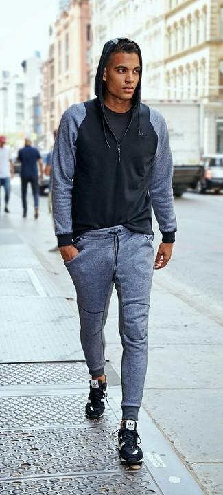 Comment porter: sweat à capuche noir, t-shirt à col rond noir, pantalon de jogging gris, chaussures de sport noires