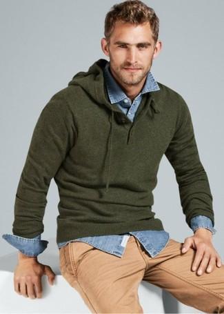 Comment porter: sweat à capuche olive, chemise en jean bleu clair, pantalon chino marron clair