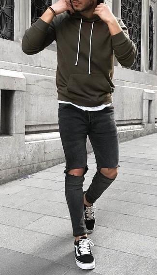 Comment porter: sweat à capuche olive, t-shirt à col rond blanc, jean skinny déchiré gris foncé, baskets basses en toile noires et blanches