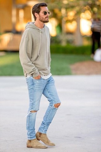 Comment porter: sweat à capuche olive, t-shirt à col rond gris, jean déchiré bleu clair, bottines chelsea en daim marron clair