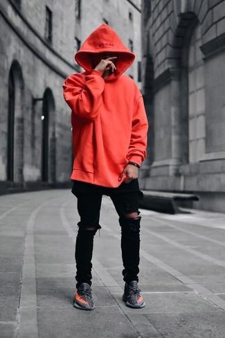 Comment porter: sweat à capuche orange, jean skinny déchiré noir, chaussures de sport gris foncé, bracelet noir