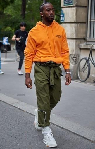 Comment porter un sweat à capuche orange: Essaie d'associer un sweat à capuche orange avec un pantalon cargo olive pour un look confortable et décontracté. Cette tenue est parfait avec une paire de des baskets montantes en toile vert menthe.