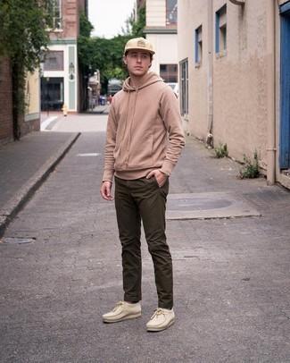Comment porter des chaussettes marron clair: Porte un sweat à capuche marron clair et des chaussettes marron clair pour une tenue relax mais stylée. Opte pour une paire de bottines chukka en daim beiges pour afficher ton expertise vestimentaire.