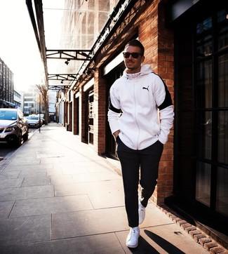 Comment porter: sweat à capuche blanc et noir, pantalon de jogging noir, baskets basses blanches, lunettes de soleil marron foncé