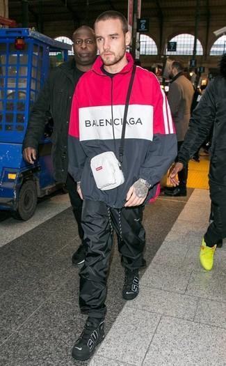 Comment porter: sweat à capuche rouge et noir, pantalon de jogging noir, baskets montantes en cuir noires, sac banane blanc