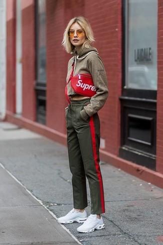 Comment porter: sweat à capuche olive, pantalon de jogging olive, chaussures de sport blanches, sac banane en cuir rouge