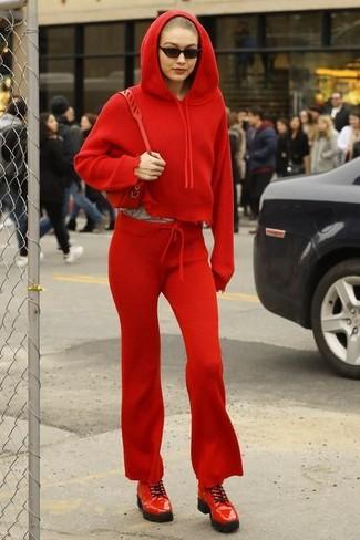 Comment porter un sweat à capuche rouge: Pense à porter un sweat à capuche rouge et un pantalon de jogging rouge pour une tenue idéale le week-end. Tu veux y aller doucement avec les chaussures? Choisis une paire de des chaussures derby en cuir rouges pour la journée.
