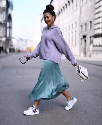 Comment porter un sac à main en cuir blanc: Essaie d'harmoniser un sweat à capuche en tricot violet clair avec un sac à main en cuir blanc pour créer un look génial et idéal le week-end. Jouez la carte classique pour les chaussures et assortis cette tenue avec une paire de baskets basses en cuir imprimées blanches.