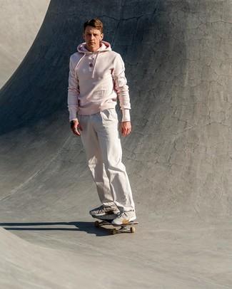 Comment porter: sweat à capuche rose, pantalon chino blanc, chaussures de sport grises
