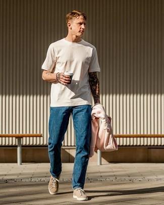 Comment porter: sweat à capuche rose, t-shirt à col rond blanc, jean bleu, baskets basses en daim beiges