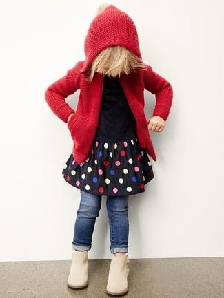 Comment porter: sweat à capuche en tricot rouge, robe á pois noire, jean bleu marine, bottes beiges