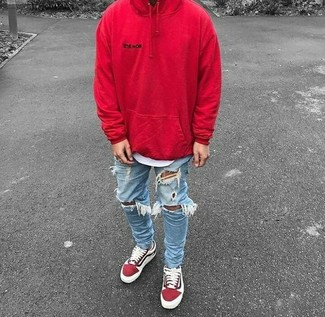 Comment porter: sweat à capuche rouge, t-shirt à col rond blanc, jean skinny déchiré bleu clair, baskets basses en daim rouges
