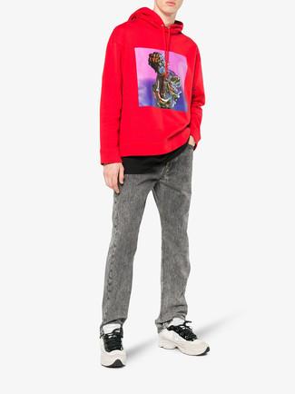 Comment porter: sweat à capuche imprimé rouge, t-shirt à col rond noir, jean gris, chaussures de sport beiges