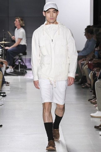 Comment porter: sweat à capuche blanc, short blanc, baskets basses en cuir marron, casquette de base-ball blanche