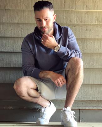 Comment porter: sweat à capuche violet, short de running gris, baskets basses en cuir blanches, montre dorée
