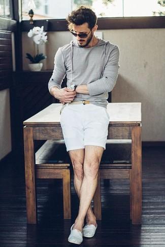 Comment porter: sweat à capuche gris, short blanc, espadrilles en toile blanches, ceinture en toile tressée beige