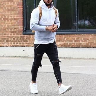 Comment porter: sweat à capuche gris, t-shirt à col rond blanc, jean déchiré noir, baskets basses en cuir blanches