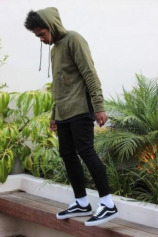 Comment porter: sweat à capuche olive, t-shirt à col rond gris foncé, jean skinny noir, baskets basses noires