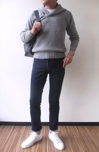 Comment porter: sweat à capuche gris, t-shirt à col rond blanc, jean skinny noir, baskets basses en cuir blanches