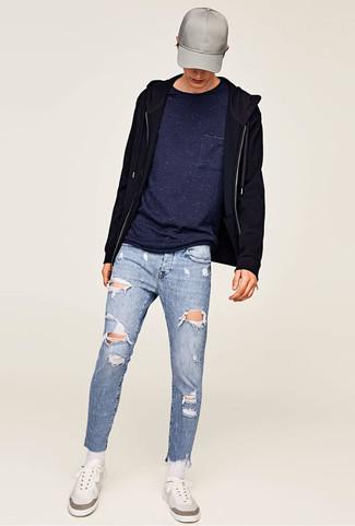 Comment porter: sweat à capuche noir, t-shirt à col rond bleu marine, jean skinny déchiré bleu clair, baskets basses blanches